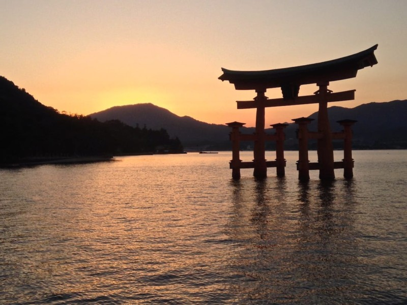 How to spend 2 days in Hiroshima Torii sunset at Miyajima