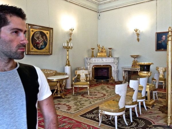 Seb prend le pose ultra-naturelle au musée de l'Ermitage !