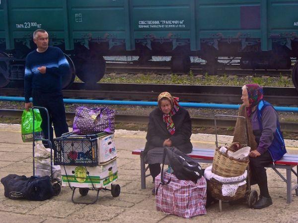 Babouchkasattendent le train sur le quai de la gare de Kazan