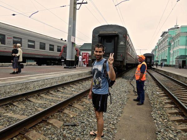 Seb pose sur le quai de la gare de Omsk