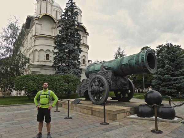 Stefan pose devant le Tsar-canon au Kremlin de Moscou