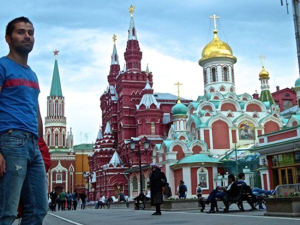 Sébastien devant la place Rouge à Moscou