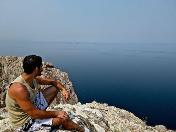 Stefanadmire la vue du cap Kholboi, île d'Olkhon