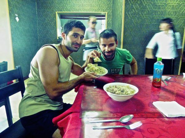 Stefan et sébastien tiennent un plat de Buuz dans leur main