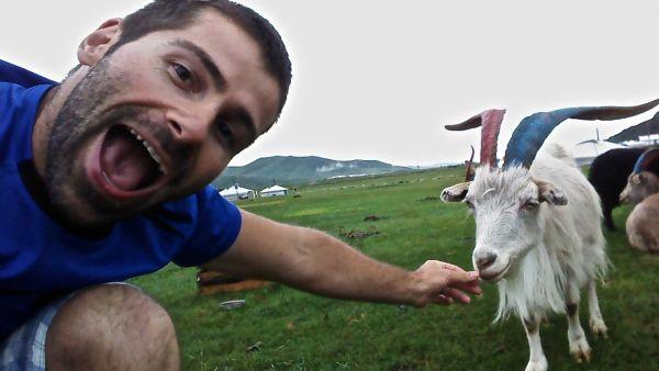 Sébastien sympathise avec les chèvres locales