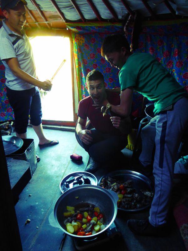 Stefan aide à la préparation de Khokhog