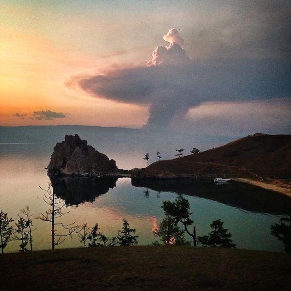 Formation du nuages sous forme de bombe atomique sur le lac Baïkal