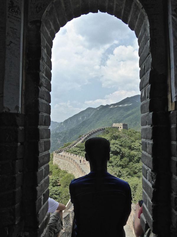 Sébastien admire la muraille de Chine de Mutianyu