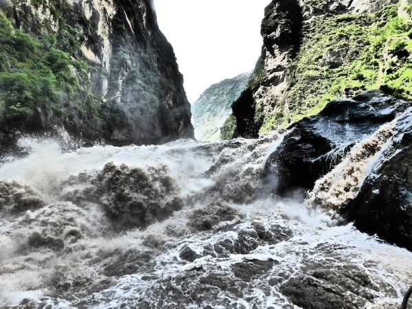 Hike the Tiger Leaping Gorge in one day