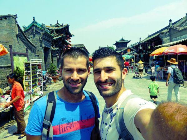 Les nomadic boys posent dans la vieille ville de Pingyao