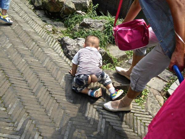 Les bébé chinois de portent pas de couches, ils utilisent un pantalon ouvert