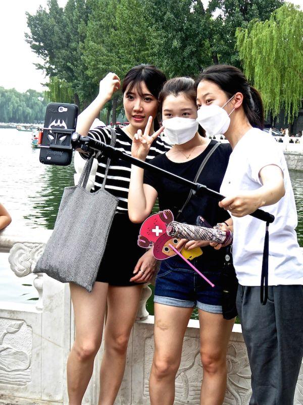 Selfie autoportrait avec masque anti-pollution