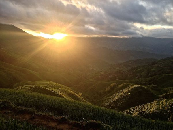 Lever de soleil sur les rizières en terrasses de Longji, près de Tiantouzhai