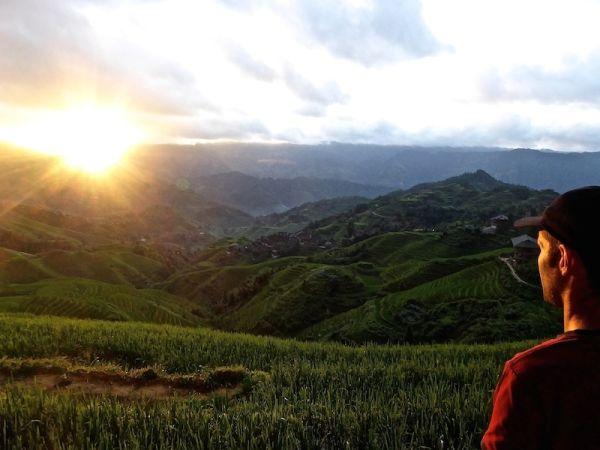 Sebastien admire la vue sur les rizières de Tiantouzhai