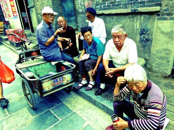 Des habitants se retrouvent à la fin de la journée dans la vieille ville de Pingyao