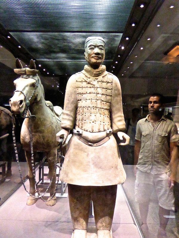 Un soldat de terre cuite avec son cheval, armée de terre cuite de Xian