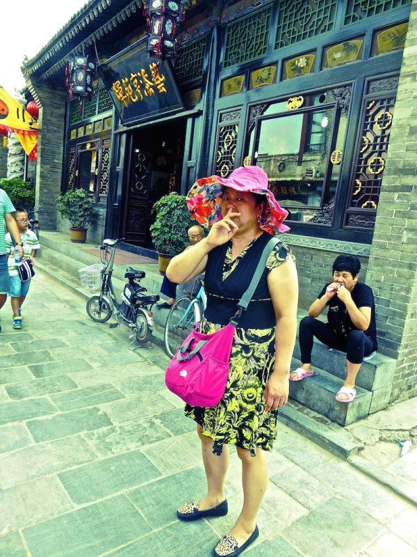 Prise en flag ! Une touriste chinoise se cure le nez à Pingyao