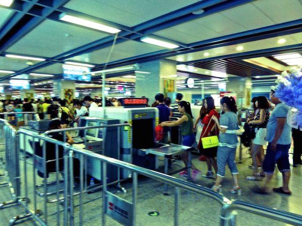 Contrôle de sécurité dans une station de train en Chine à Kunming