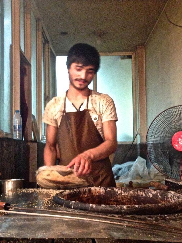 """Un vendeur fait cuire du pain """"nan"""" dans le quartier musulman de Xi'an"""