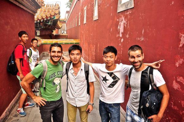 Les Nomadic Boys posent dans la cité impériale avec des écoliers