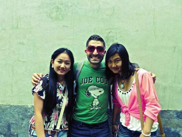 Stefan pose avec ses deux nouvelles copines au Palais d'été de Pékin
