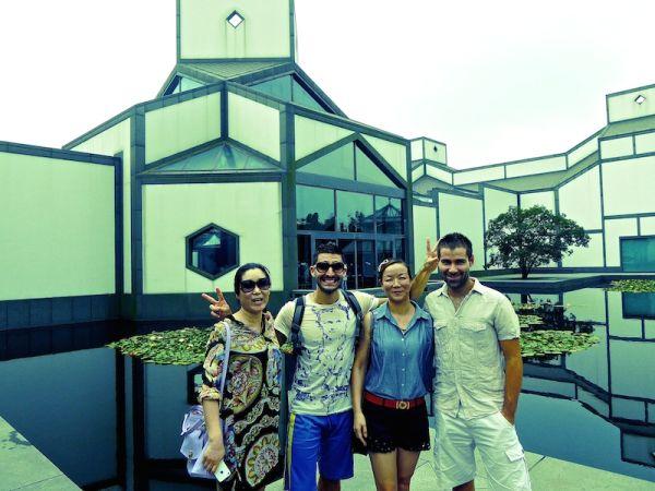 Nous posons avec deux Chinoises dans les jardins de Souzhou