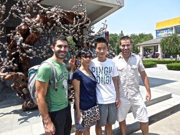 Mère et fils posent avec nous à Xi'an