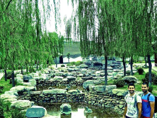 Promeande dans le parc local dans la vieille ville de Pingyao