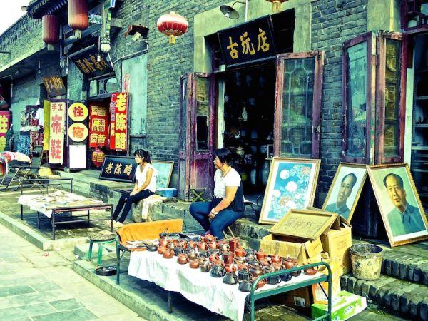 Vendeurs de rue à Pingyao (portrait de Mao en arrière plan)