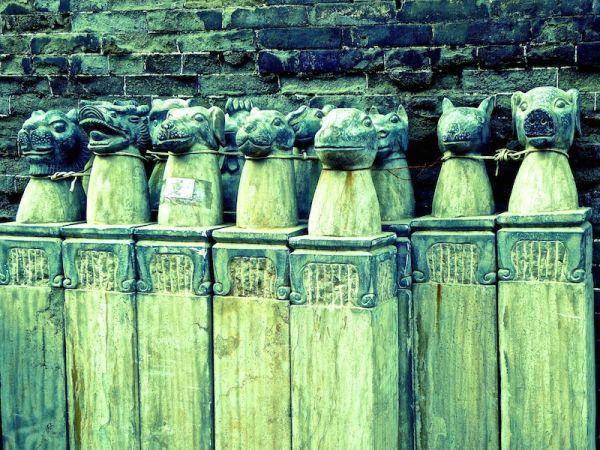 Figurines en pierre dans une ruelle dans la vieille ville de Pingyao