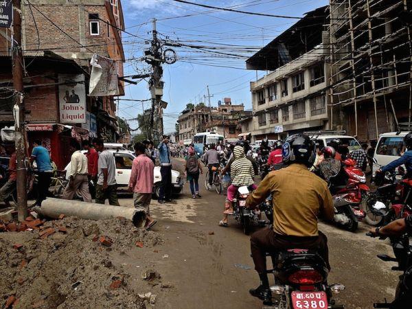 rue de katmandou et son trafic, le chaos complet