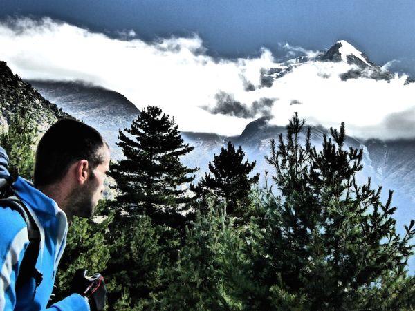 Nomadic boys et le pic de Pisang dans les Himalayas