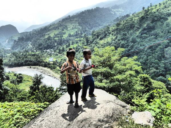 Deux enfants jouent au cerf-volant dans les himalayas