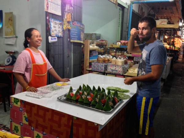 best streetfood in Thailand Seb with sticky rice coconut treats