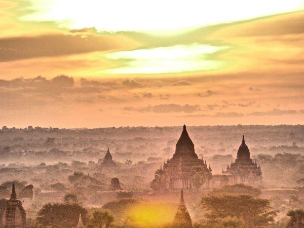 The beautiful sunrise in Bagan