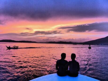 Cruzeiro ao pôr do sol com empresa gay friendly