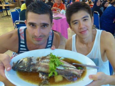Garoupa cozinhada no restaurante do mar profundo em Kota Kinabalu, Sabah Malásia