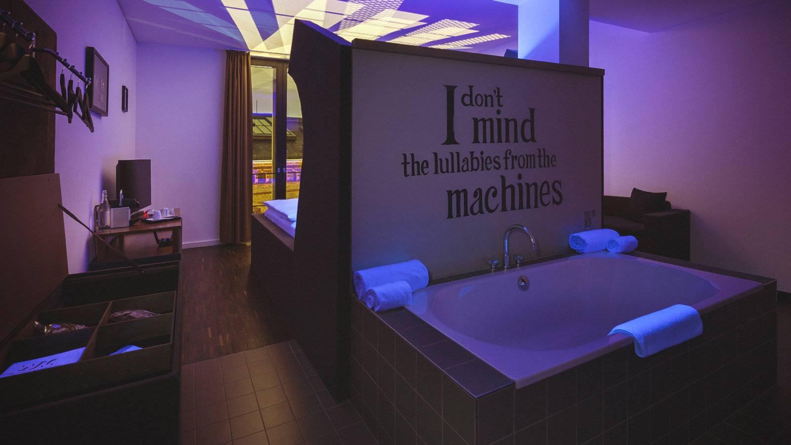 Si vous aimez un lit immense, une baignoire dans la chambre et un style artistique merveilleux, vous allez adorer l'hôtel Weinmeister réservé aux adultes à Berlin!