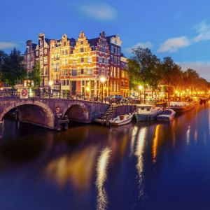 Evening cruise of Amsterdam is a cool activities for gay travellers