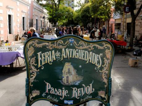 Browse for artisanal gifts and souvenirs at Paseo de las Artes in Córdoba.