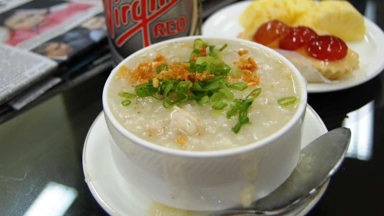 Uma tigela de Arroz Caldo, uma das comidas mais tradicionais das Filipinas
