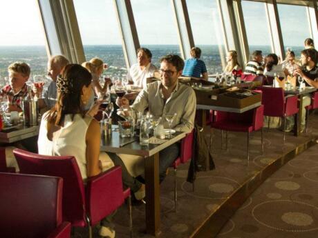 O Restaurante Sphere na Torre de TV de Berlim é um local muito romântico para uma refeição com vistas incríveis da cidade