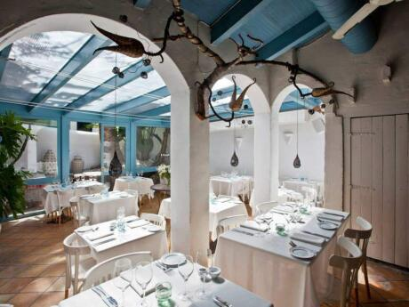 Alfresco Restaurant in Sitges is the perfect romantic spot for gay couples to enjoy delicious food surrounded by gorgeous decor