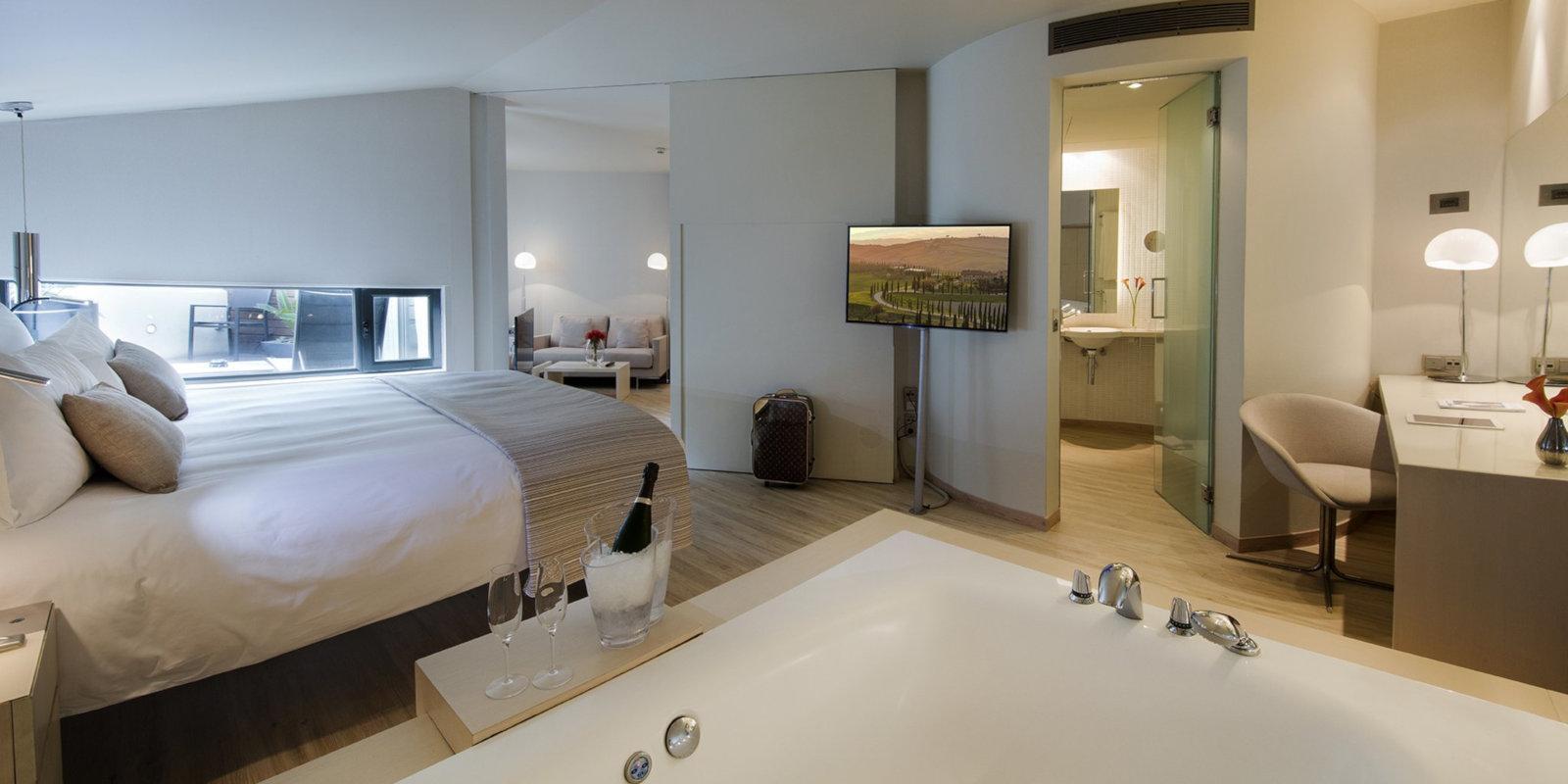 Séjournez dans une suite spacieuse avec un grand jacuzzi au C Hotel gay de Barcelone.