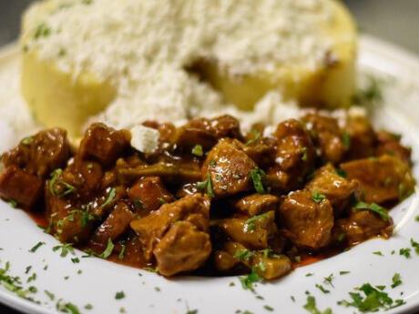 Pour un plat copieux en Moldavie, essayez une tocana, un ragoût traditionnel généralement servi avec du mamaliga.