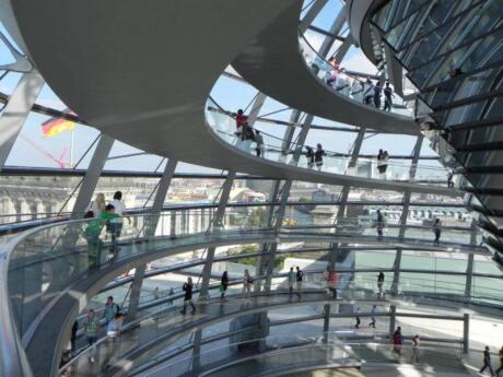 Explore o interior da cúpula legal no topo do Edifício Reichstag em Berlim, para excelentes vistas sobre a cidade