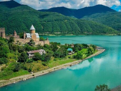 Pour un sentiment romantique, les voyageurs gays adoreront se faire passer pour des princesses dans le magnifique complexe du château d'Ananuri en Géorgie