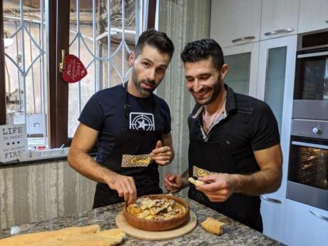 Si vous aimez le poulet frit et la sauce crémeuse à l'ail, vous adorerez le plat géorgien Chkmeruli.