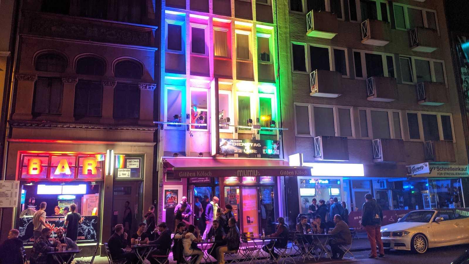 Cologne est fabuleusement gay, avec deux quartiers gay distincts regorgeant de bars et de clubs gays.