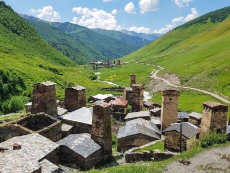 Explorer les villages médiévaux de la région de Svaneti en Géorgie, c'est comme remonter le temps